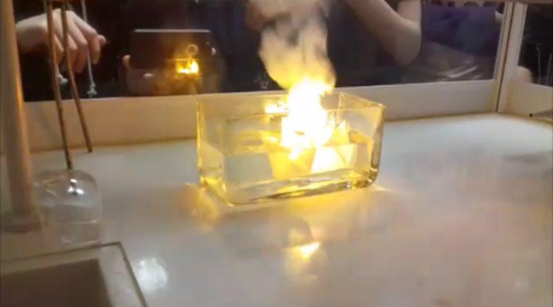 Reakce sodíku s vodou – Titanik